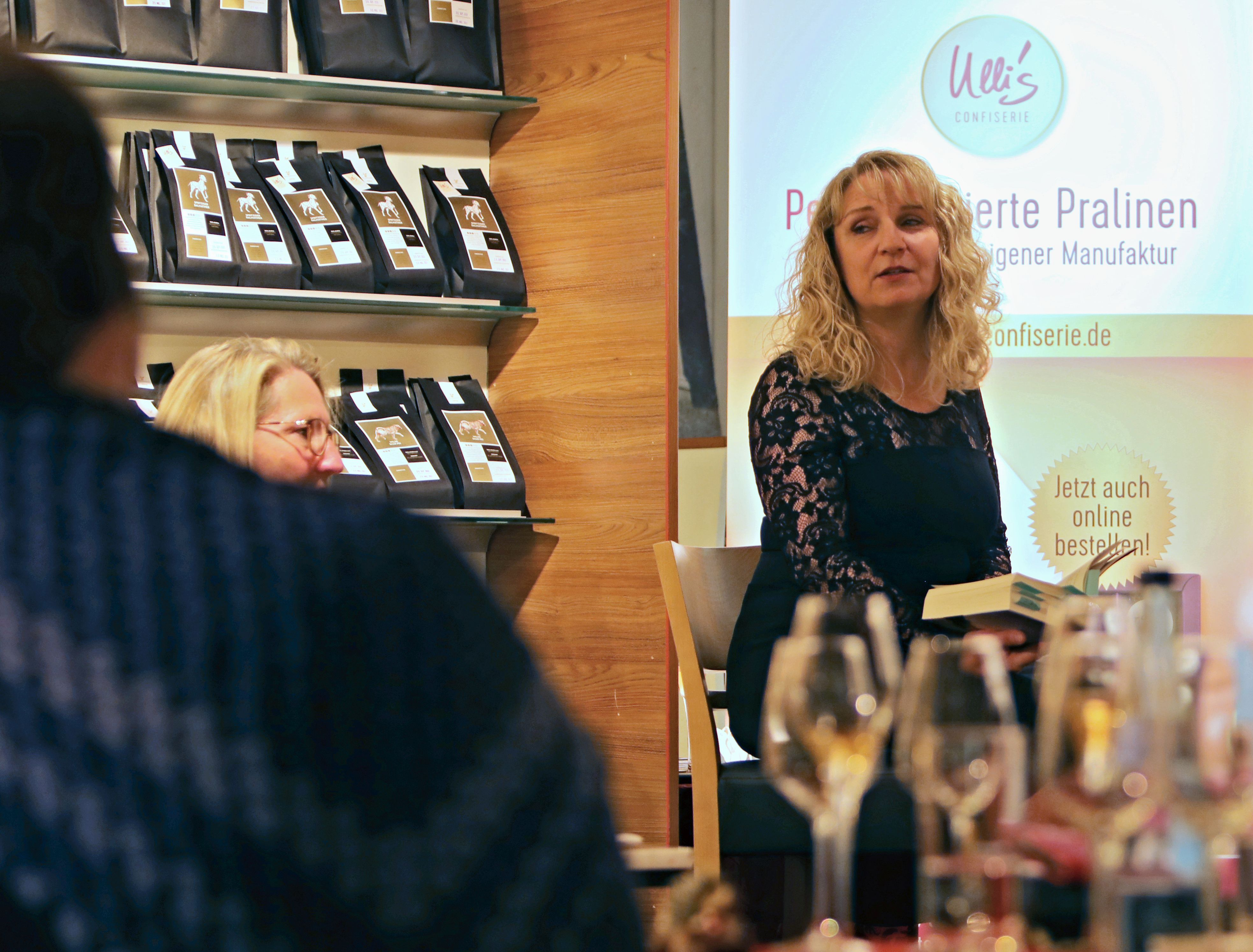 """Premiere Autorenlesung zu """"Töchter der Hoffnung"""" mit Weinverkostung"""