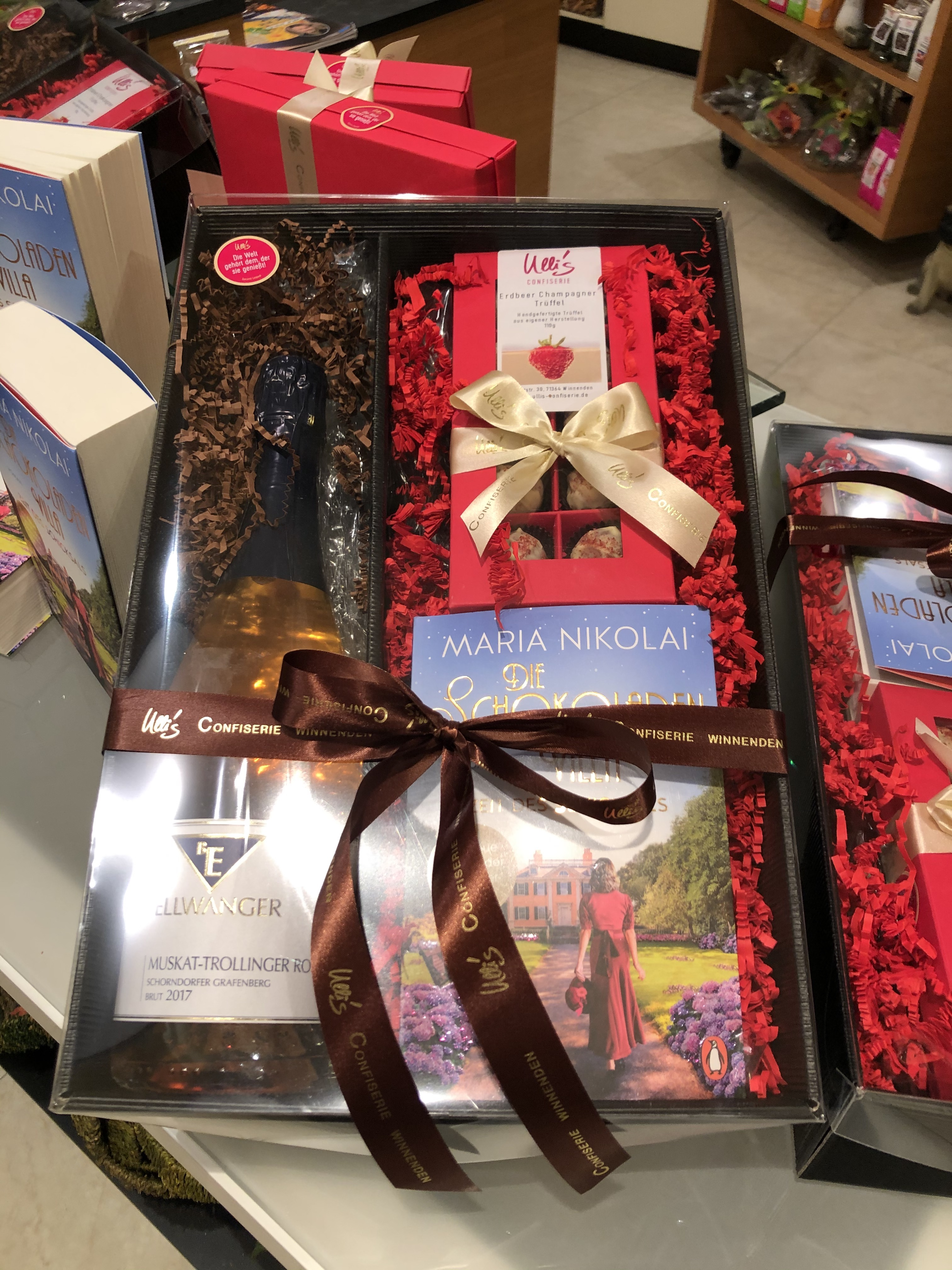 """Buch """"Die Schokoladenvilla"""", Sekt und Pralinen als Geschenkpaket"""
